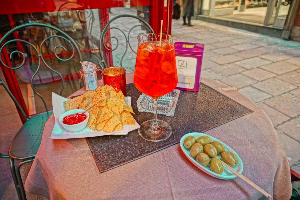 aperitivo bologna centro italy